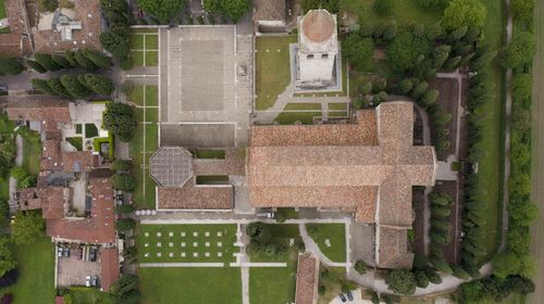 La Basilica di Aquileia con piazza Capitolo e piazza Patriarcato: le lastre di pietra di Aurisina bianca riproducono la sagoma dell&rsquo;impianto edilizio antico.<br />